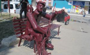 В городе Грязи появился памятник дворнику